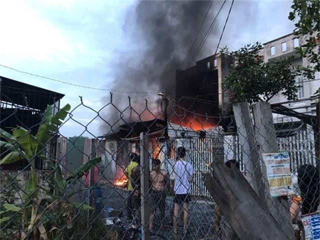 Cháy lớn trong khu dân cư, nhiều người may mắn thoát nạn - 2