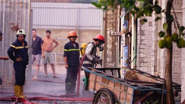 Cháy lớn trong khu dân cư, nhiều người may mắn thoát nạn - 6