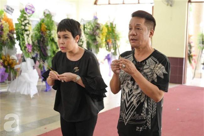Phi Nhung, Minh Nhí nghẹn ngào, lặng người trước linh cữu cố nghệ sĩ Lê Bình trong ngày viếng cuối cùng - Ảnh 1.