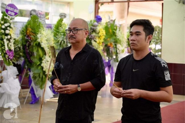 Phi Nhung, Minh Nhí nghẹn ngào, lặng người trước linh cữu cố nghệ sĩ Lê Bình trong ngày viếng cuối cùng - Ảnh 2.