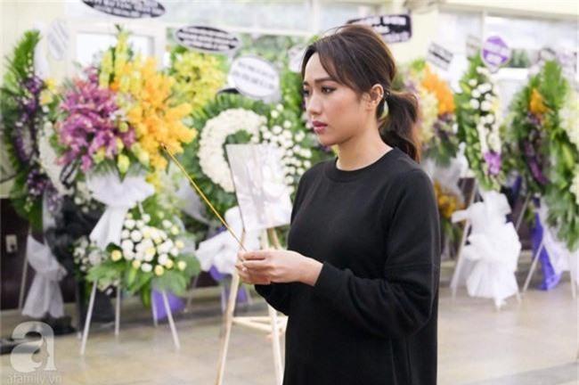 Phi Nhung, Minh Nhí nghẹn ngào, lặng người trước linh cữu cố nghệ sĩ Lê Bình trong ngày viếng cuối cùng - Ảnh 3.