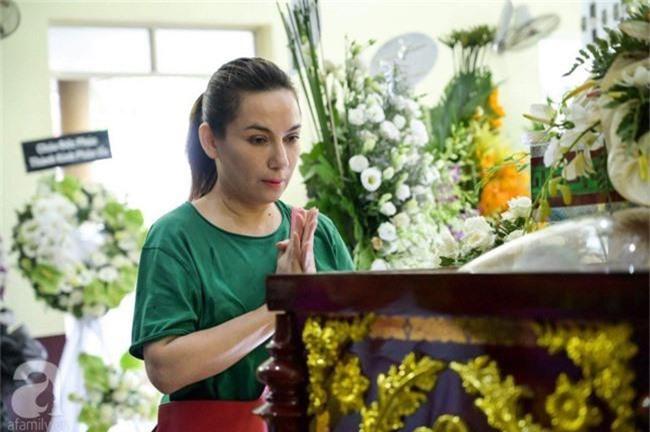 Phi Nhung, Minh Nhí nghẹn ngào, lặng người trước linh cữu cố nghệ sĩ Lê Bình trong ngày viếng cuối cùng - Ảnh 4.