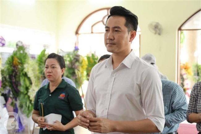 Phi Nhung, Minh Nhí nghẹn ngào, lặng người trước linh cữu cố nghệ sĩ Lê Bình trong ngày viếng cuối cùng - Ảnh 5.