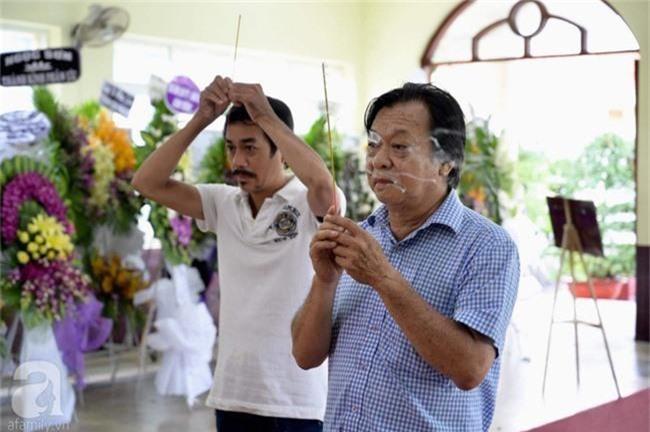 Phi Nhung, Minh Nhí nghẹn ngào, lặng người trước linh cữu cố nghệ sĩ Lê Bình trong ngày viếng cuối cùng - Ảnh 6.