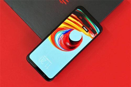 Nubia Red Magic 3 được trang bị màn hình AMOLED kích thước 6,65 inch, độ phân giải Full HD Plus (2.340x1.080 pixel), mật độ điểm ảnh 388 ppi. Màn hình này được chia theo tỷ lệ 19,5:9, tích hợp dải màu DCI-P3, tần số quét 90 Hz.