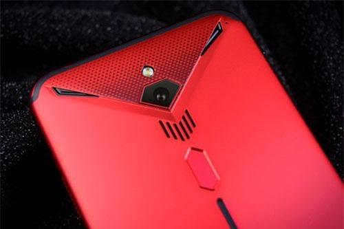 Camera chính của Nubia Red Magic 3 có độ phân giải 48 MP, khẩu độ f/1.7 cho khả năng lấy nét theo pha, trang bị đèn flash LED, quay video 8K, quay video siêu chậm với tốc độ 1.920 khung hình/giây