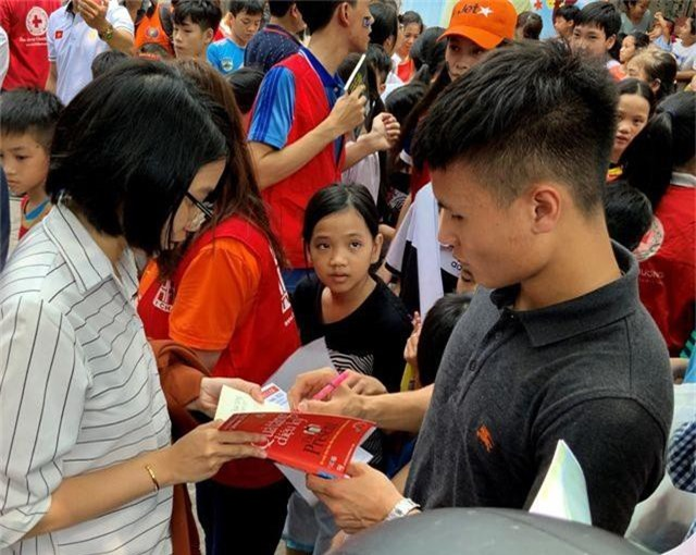 Quang Hải, Bùi Tiến Dũng, Đoàn Văn Hậu tặng sách truyền cảm hứng Hạt Giống Tâm Hồn - 1