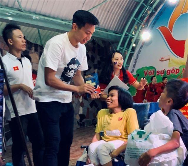 Quang Hải, Bùi Tiến Dũng, Đoàn Văn Hậu tặng sách truyền cảm hứng Hạt Giống Tâm Hồn - 3