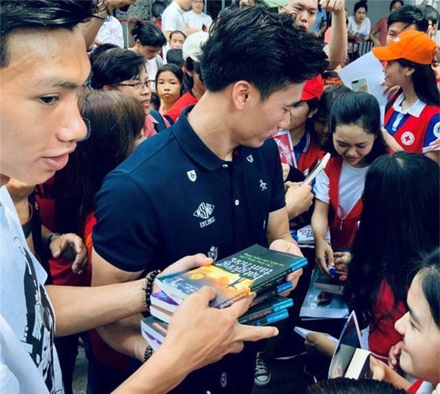 Quang Hải, Bùi Tiến Dũng, Đoàn Văn Hậu tặng sách truyền cảm hứng Hạt Giống Tâm Hồn - 8