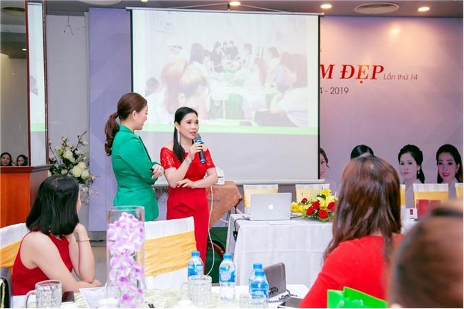 Tổng Phân Phối Phạm Thị Liễu Anh (áo đỏ) chia sẻ với các chị em phụ nữ