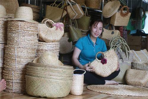 Sản phẩm handmade từ cây lục bình giúp Ngọc Nhi vực dậy công việc trước đây của gia đình.