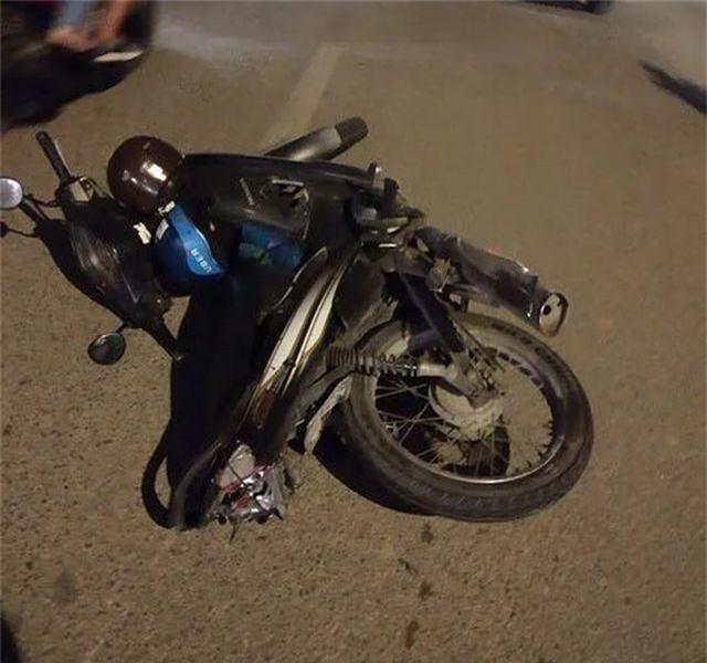 Hà Nội: Nghi vấn xe biển xanh tông tài xế xe ôm bị thương rồi bỏ chạy - 3