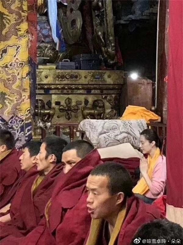 Tiết lộ loạt hình ảnh Phạm Băng Băng để mặt mộc, lặng lẽ tới tận Tây Tạng bái phật - Ảnh 1.