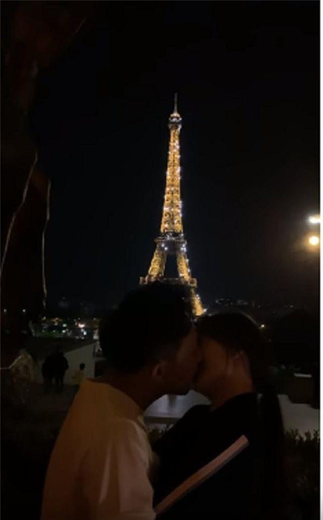 Trấn Thành đang đắm đuối hôn Hari Won thì bị loạt nghệ sĩ hài phá đám - 1