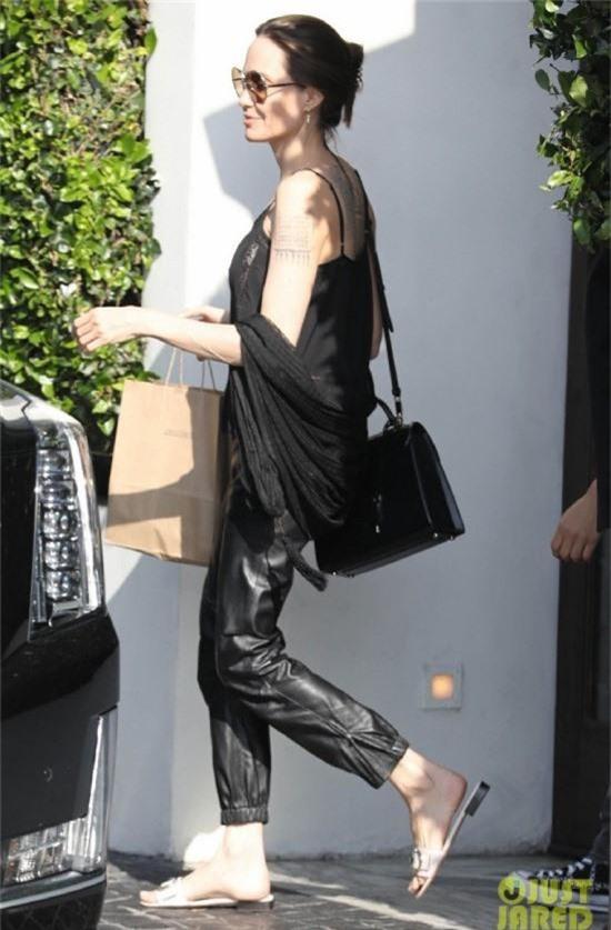 Xuất hiện sau khi đổi họ trở về tên thời con gái, Angelina Jolie tăng cân thấy rõ, rạng rỡ xuống phố - Ảnh 2.