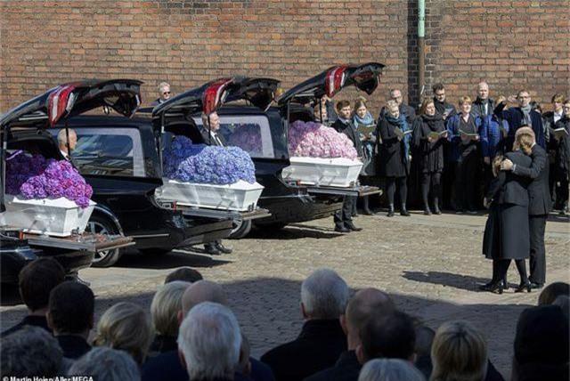 Tỷ phú Đan Mạch đau buồn tiễn đưa 3 con thiệt mạng vì vụ đánh bom ở Sri Lanka - 1