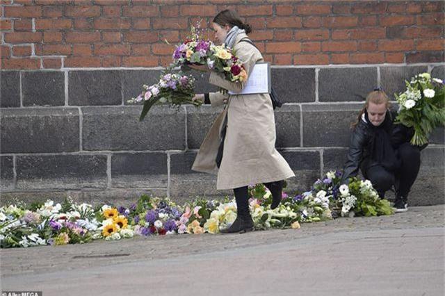 Tỷ phú Đan Mạch đau buồn tiễn đưa 3 con thiệt mạng vì vụ đánh bom ở Sri Lanka - 13