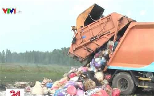 Xe chở rác thải đổ trái phép bị bắt quả tang.