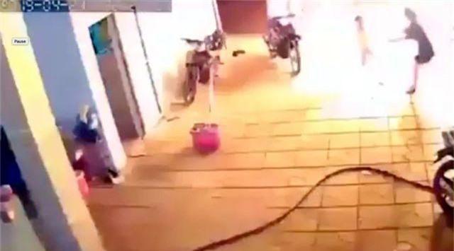 Dội bom xăng vào nhà hàng xóm, 4 người bị thương - 1