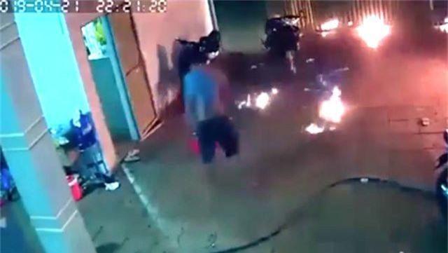 Dội bom xăng vào nhà hàng xóm, 4 người bị thương - 2