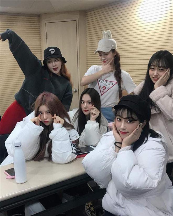 Em họ của thành viên EXO vừa ra mắt trong một nhóm nhạc nữ Kpop và nhan sắc thật sự không vừa - Ảnh 9.
