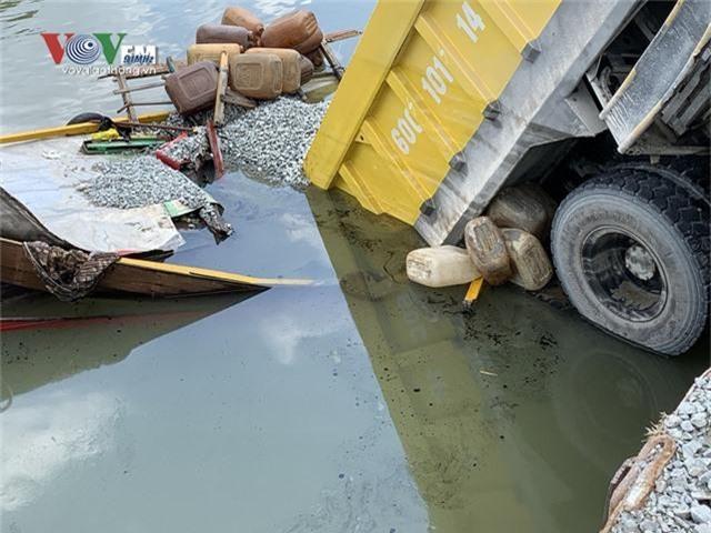 Hi hữu xe ben chở đá rơi xuống sông đè chìm một chiếc ghe - Ảnh 1.