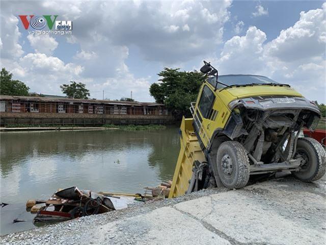 Hi hữu xe ben chở đá rơi xuống sông đè chìm một chiếc ghe - Ảnh 2.