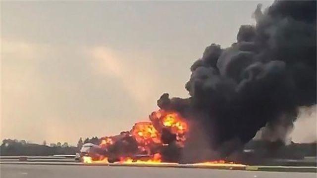 Máy bay chở khách của Nga cháy dữ dội sau khi hạ cánh khẩn cấp, 41 người thiệt mạng - 1