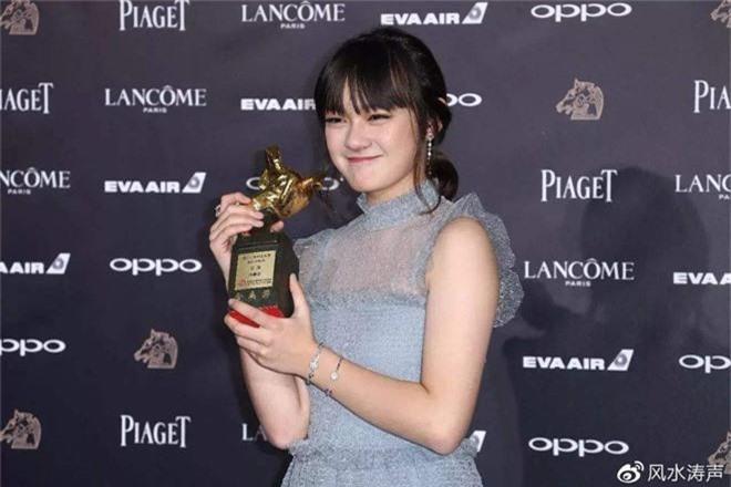 Mới 14 tuổi đã ẵm tượng vàng Kim Mã, cô bé vàng trong làng diễn xuất đã vượt mặt Lý Tiểu Lộ là ai? - Ảnh 1.