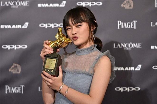 Mới 14 tuổi đã ẵm tượng vàng Kim Mã, cô bé vàng trong làng diễn xuất đã vượt mặt Lý Tiểu Lộ là ai? - Ảnh 7.