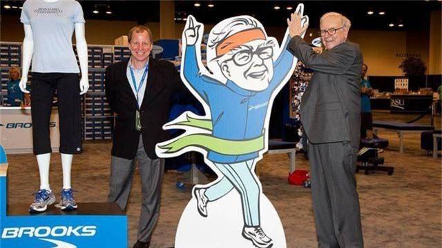 Sợ đánh thuế, hãng giày của tỷ phú Warren Buffett chuyển nhà máy từ Trung Quốc sang Việt Nam - 1