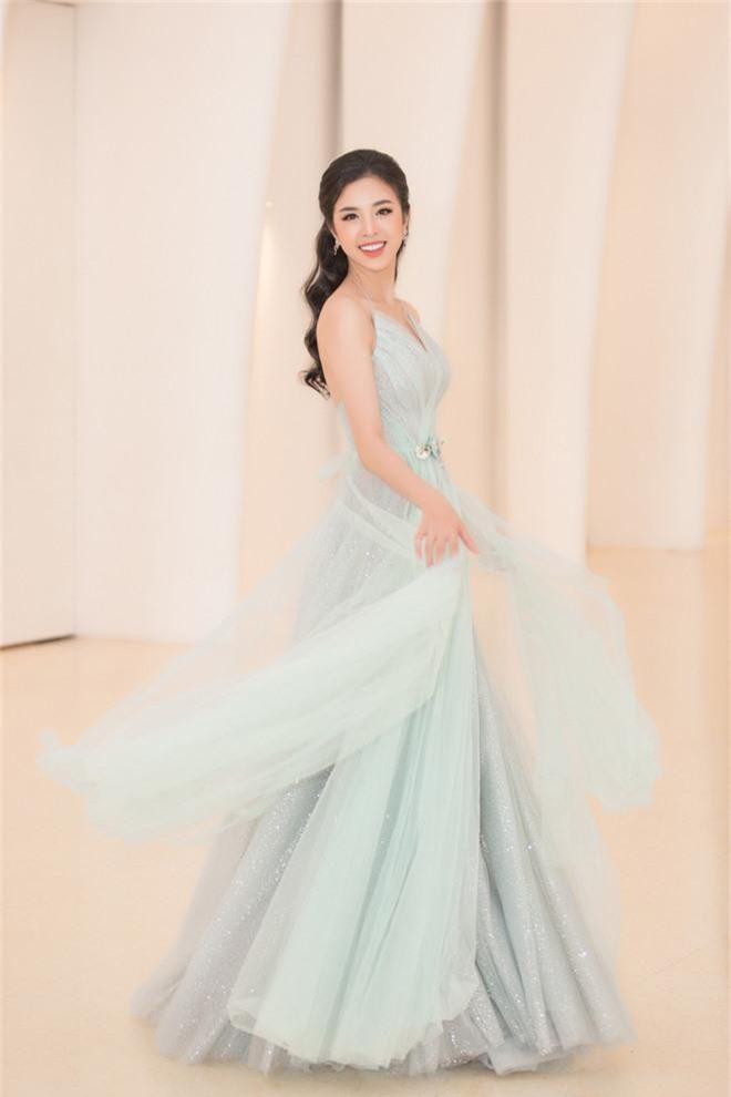 Tiểu Vy đẹp mơ màng giữa dàn mỹ nhân, xác nhận ngồi giám khảo một đấu trường sắc đẹp ở tuổi 19 - Ảnh 6.