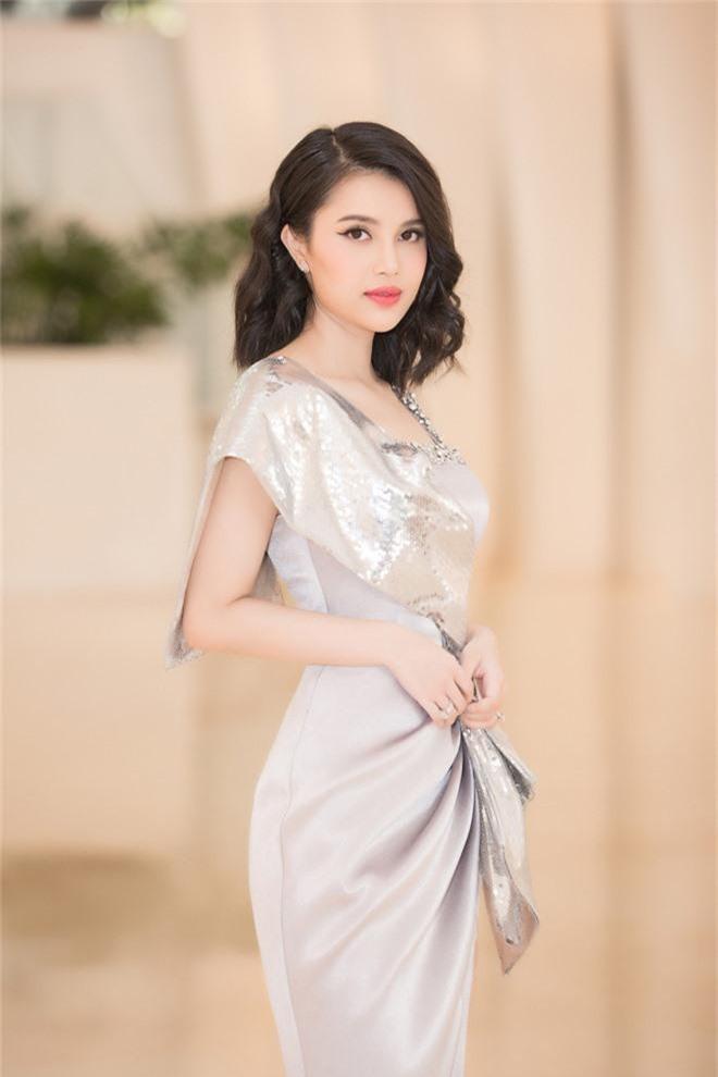 Tiểu Vy đẹp mơ màng giữa dàn mỹ nhân, xác nhận ngồi giám khảo một đấu trường sắc đẹp ở tuổi 19 - Ảnh 9.