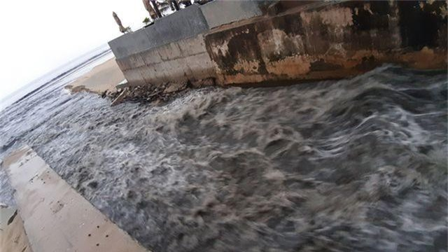 Đà Nẵng: Mưa lớn, đường phố ngập nặng, nước thải ào ạt ra biển - 1
