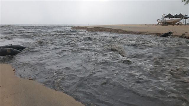 Đà Nẵng: Mưa lớn, đường phố ngập nặng, nước thải ào ạt ra biển - 3
