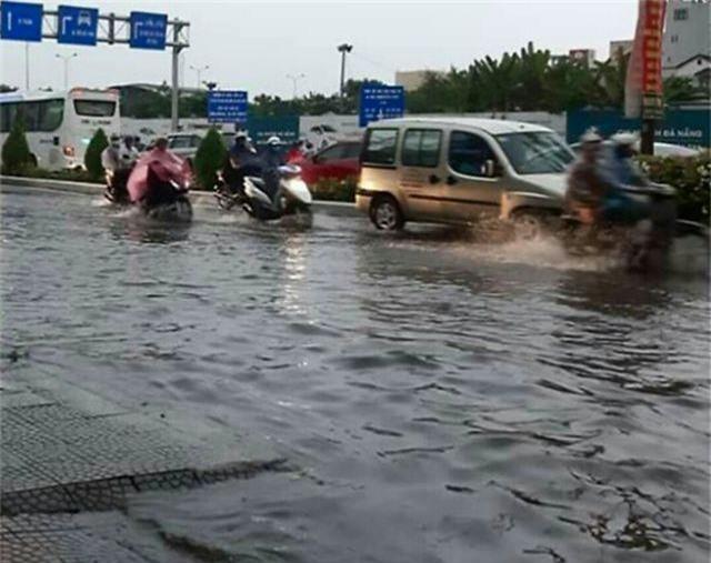 Đà Nẵng: Mưa lớn, đường phố ngập nặng, nước thải ào ạt ra biển - 4