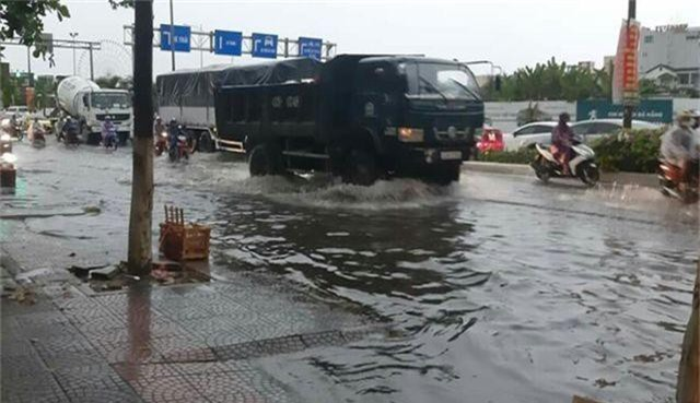Đà Nẵng: Mưa lớn, đường phố ngập nặng, nước thải ào ạt ra biển - 5