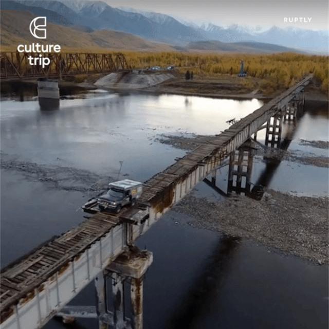 """""""Tim đập chân run"""" khi đi qua cầu lát bằng những thanh gỗ mục nát - 1"""
