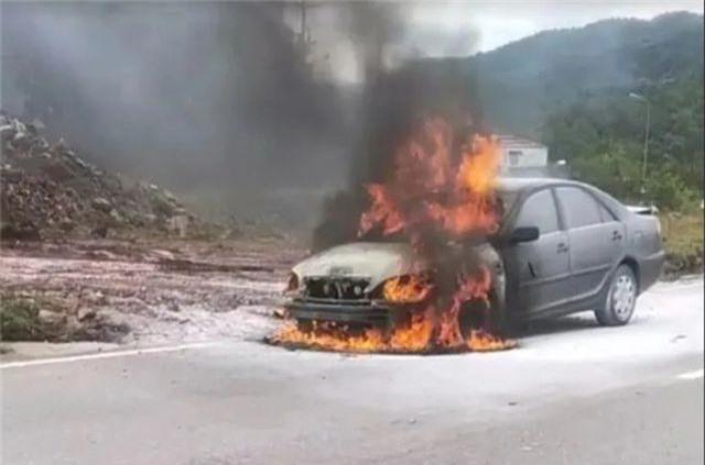 Ô tô đang chạy bất ngờ cháy dữ dội, tài xế bỏ chạy thoát thân - 1