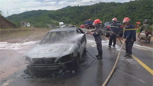 Ô tô đang chạy bất ngờ cháy dữ dội, tài xế bỏ chạy thoát thân - 2