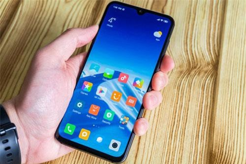 Xiaomi Mi 9 SE sử dụng tấm nền màn hình Super AMOLED kích thước 5,97 inch, độ phân giải Full HD Plus (2.340x1.080 pixel) cho mật độ điểm ảnh 432 ppi. Màn hình này được chia theo tỷ lệ 19,5:9, chiếm 90,47% diện tích mặt trước, tích hợp công nghệ HDR 10, dải màu DCI-P3, độ sáng tối đa 600 nit.