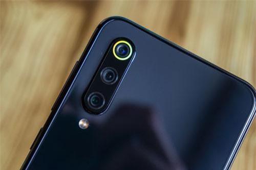 """Ngoài thiết kế đẹp, cấu hình """"khủng"""" trong tầm giá, Xiaomi Mi 9 SE còn được trang bị 3 camera sau. Trong đó, cảm biến chính 48 MP, khẩu độ f/1.8 cho khả năng lấy nét theo pha. Cảm biến thứ hai 13 MP, f/2.4 cho ống kính góc rộng 120 độ. Cảm biến tele 8 MP, f/2.4. Bộ ba này được trang bị đèn flash LED kép, quay video 4K với tốc độ 30 khung hình/giây, Full HD tốc độ 30/60/120 khung hình/giây hoặc HD tốc độ 960 khung hình/giây."""
