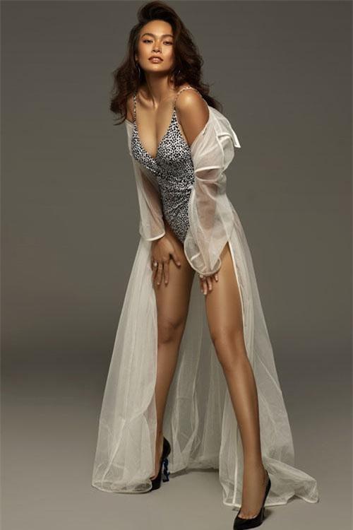 Ít ai biết rằng, chân dài sinh năm 1992 này tìm đến công việc người mẫu để có thêm thu nhập hỗ trợ gia đình và chủ động chi tiêu cá nhân.