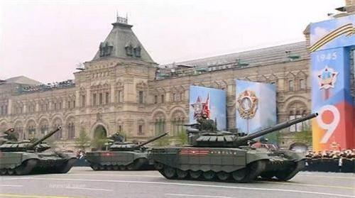 Đội hình xe tăng chiến đấu chủ lực T-72B3 tiến qua lễ đài
