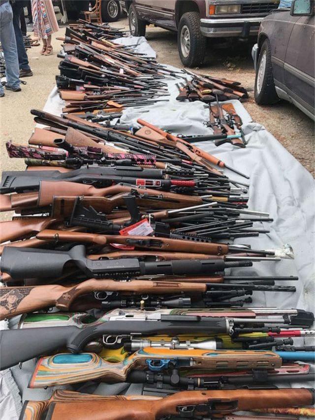Đột kích một căn nhà, cảnh sát Mỹ phát hiện hơn 1.000 khẩu súng - 1