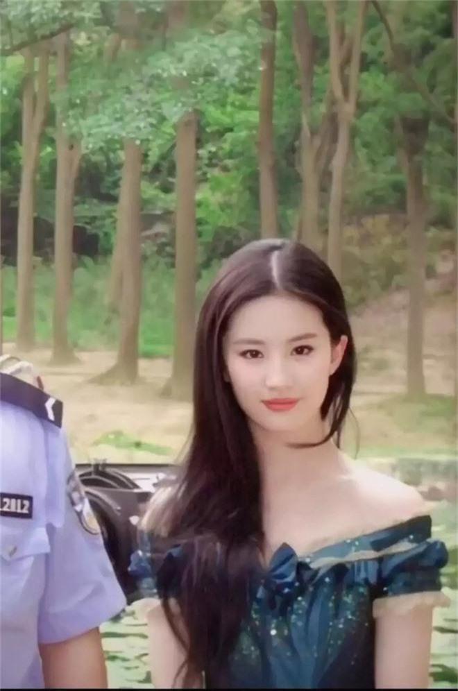 Nhan sắc 11 năm trước đánh bật photoshop thế này, bảo sao Lưu Diệc Phi được tôn vinh là tường thành nhan sắc Cbiz - Ảnh 5.
