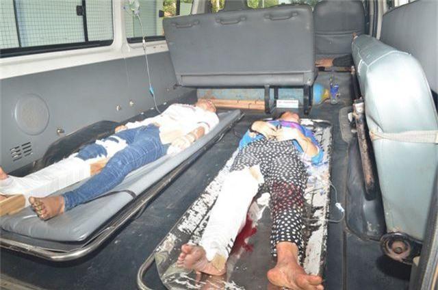 Xe chở công nhân lật nhào, 10 người nhập viện - 2
