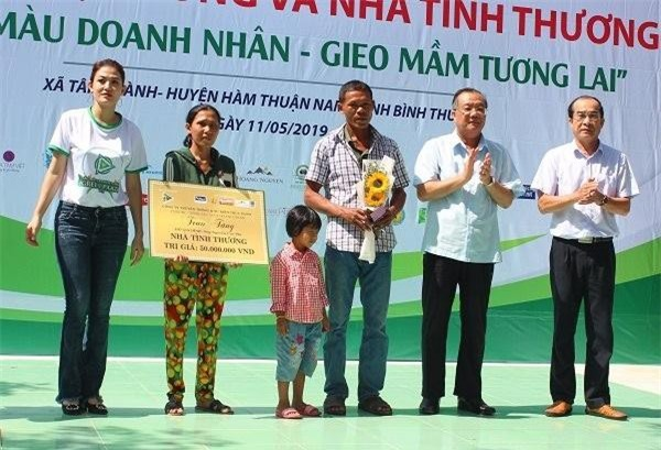 Nữ Doanh nhân Trần Thụy Ngọc Trúc cùng nguyên lãnh đạo Bộ LĐ- TB&XH Huỳnh Văn Tí trao tặng ngôi nhà tình thương cho vợ chồng anh Nguyễn Cao Phi.