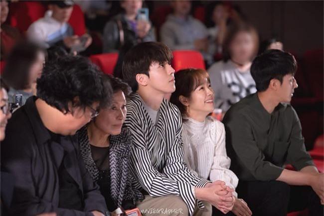 Nam Joo Hyuk ga lăng cởi áo khoác cho chị đẹp Han Ji Min, fan lại đùng đùng gọi hồn người này - Ảnh 1.