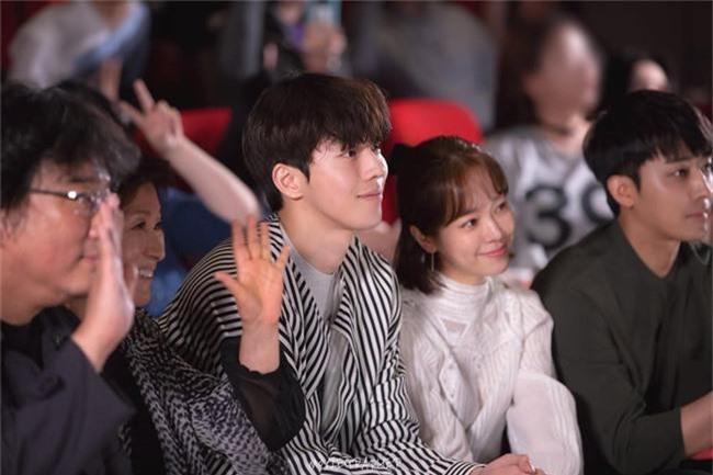 Nam Joo Hyuk ga lăng cởi áo khoác cho chị đẹp Han Ji Min, fan lại đùng đùng gọi hồn người này - Ảnh 2.